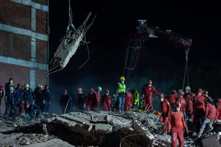 Reddingswerkers zoeken naar overlevenden. Beeld AFP