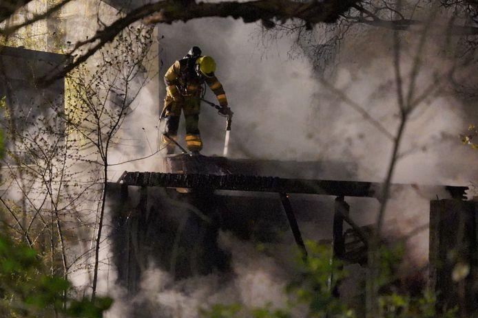 De brandweer had minstens een uur nodig om de brand helemaal gedoofd te krijgen.