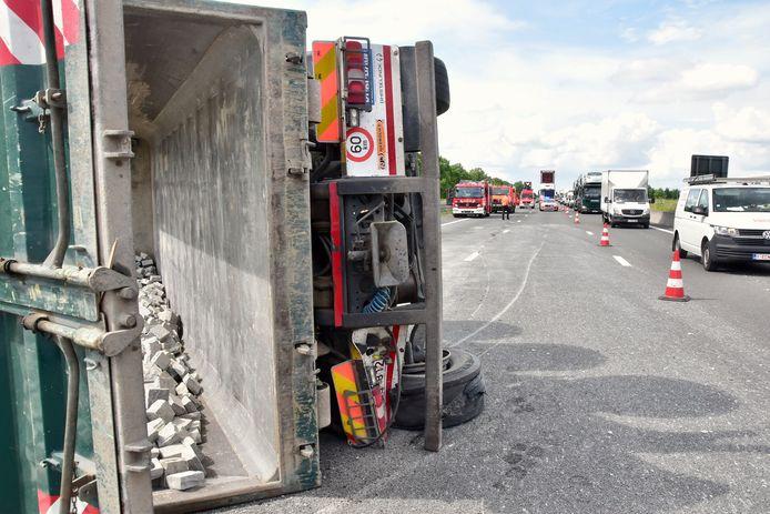 Nadat een vrachtwagen een klapband kreeg (links achteraan) op de E403 in Moorsele, kantelde het gevaarte.