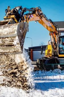 Sneeuwploeg XL werkt met kranen en shovels in Wijchen