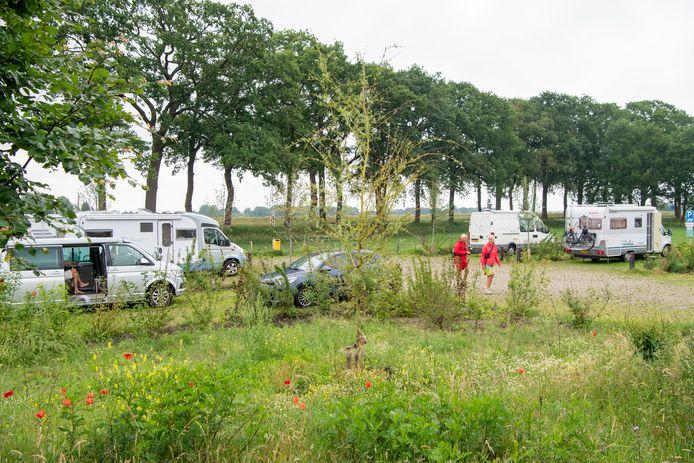 Camperaars maakten in de zomer van 2020 veelvuldig gebruik van de toen nog gratis camperplaatsen bij het NS-station van Dalfsen. Sluiting ervan leverde kritische reacties van camperaars uit het hele land op.