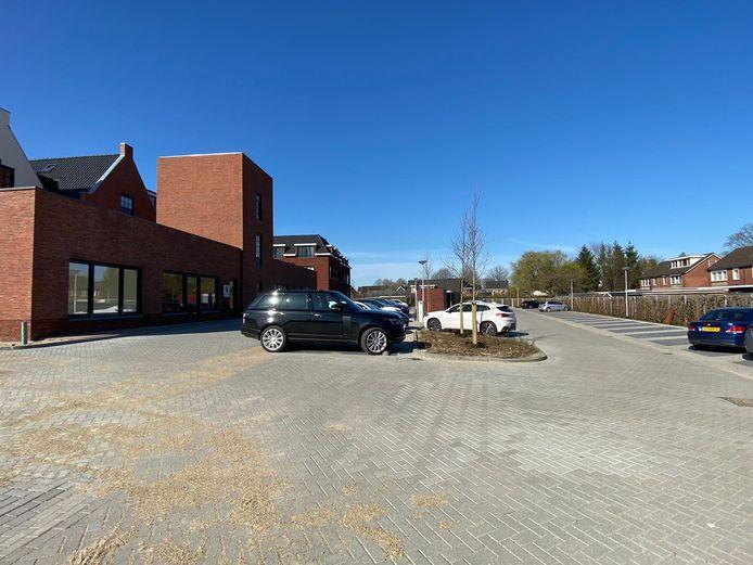 Aan het Middenplein in Enter bevindt zich een parkeerplaats voor 135 auto's.