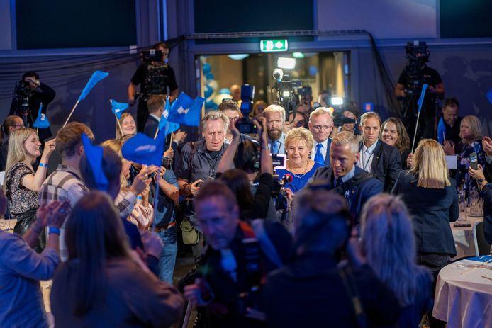 De Noorse premier Erna Solberg wordt omringd door pers en partijgenoten bij het afwachten van de verkiezingsuitslag in een hotel in Olso.