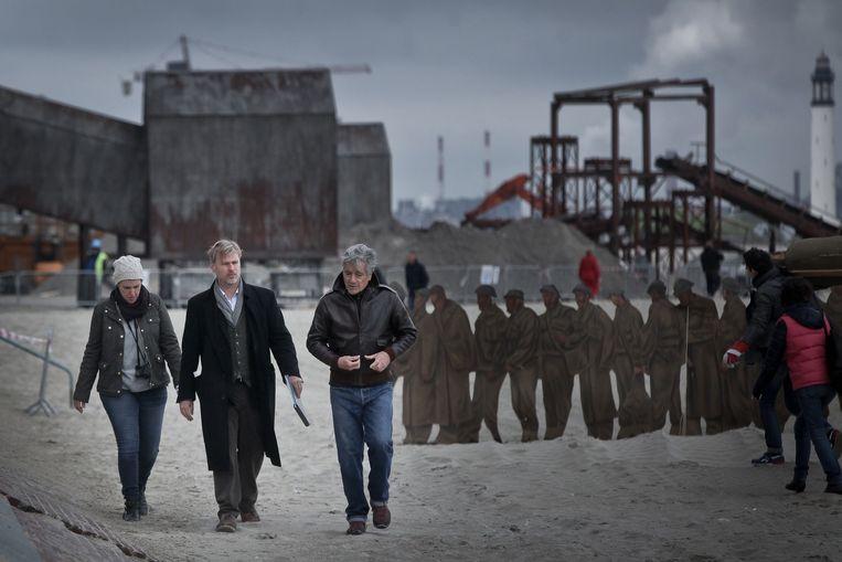 Nolan (midden) aan het werk voor zijn film Dunkirk op het strand van Duinkerke. Beeld Pierre Volot