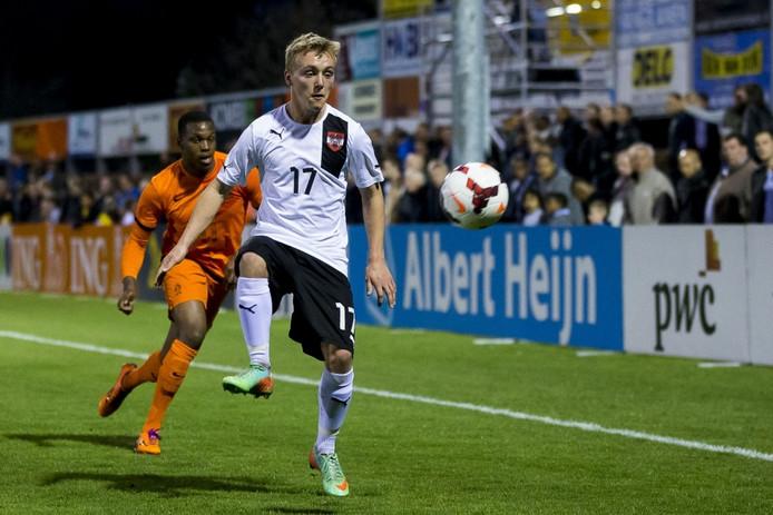 Fabian Gmeiner ontvangt de bal.