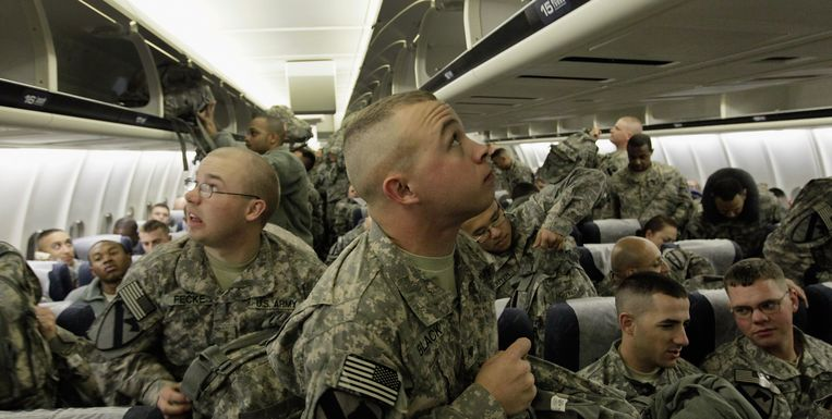 U.S. Army soldiers from the 2-82 Field Artillery, 3rd Brigade, 1st Cavalry Division, look for bin space for their bags as they wait for their plane to take off for the flight home to Fort Hood, Texas after being part of one of the last American combat units to exit from Iraq on December 16, 2011 in Kuwait City, Kuwait. Beeld GETTY