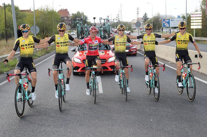 De renners van Jumbo-Visma vieren de eindzege in de Vuelta van Roglic.