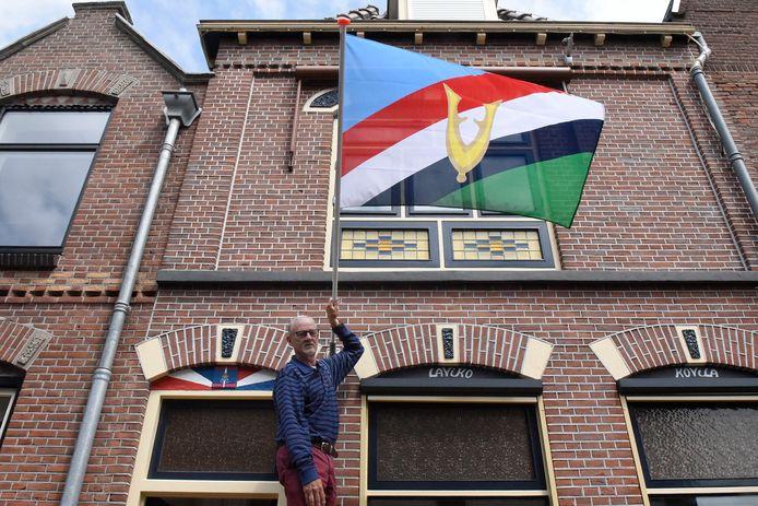 Veteraan Marcel Koopmans heeft de nieuwe Veteranenvlag al hangen.
