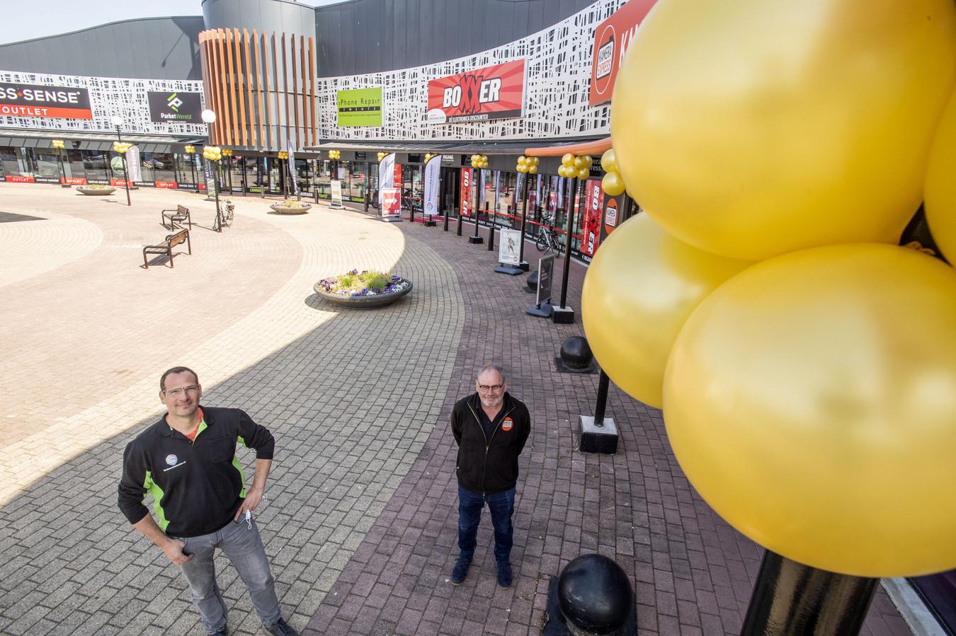Lars Elferink (links) van Boxxer en Roedie Wevers van Kamera Express konden niet wachten op de eerste klanten die zonder afspraak binnenkwamen.