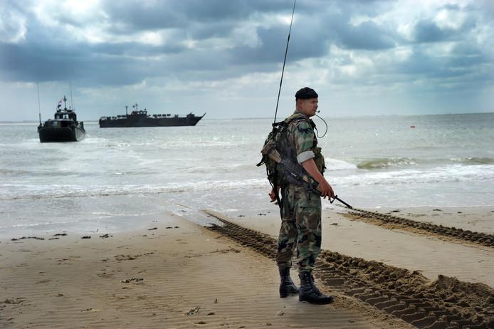 Mariniers oefenen op het strand bij Vlissingen