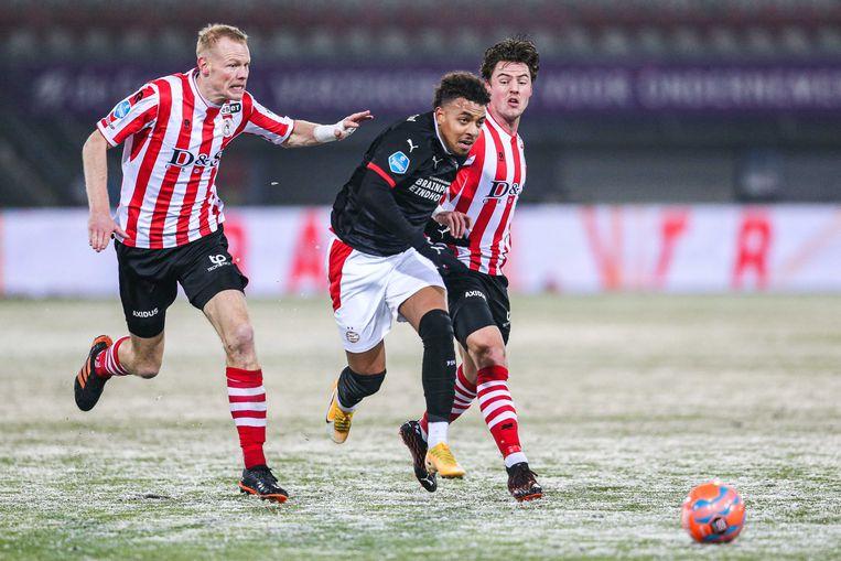Tom Beugelsdijk (Sparta), Donyell Malen (PSV) en  Dirk Abels (Sparta) gaan achter de bal aan.  Beeld ANP