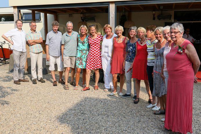 Veertien op een rij, de kinderen Van Rooijen bij elkaar, niet lang voor het begin van de coronacrisis.
