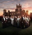De cast van 'Downton Abbey' voor het statige landhuis waar de reeks zich afspeelt. Zulke grote, groene domeinen zullen we in 'Belgravia' niet tegenkomen.