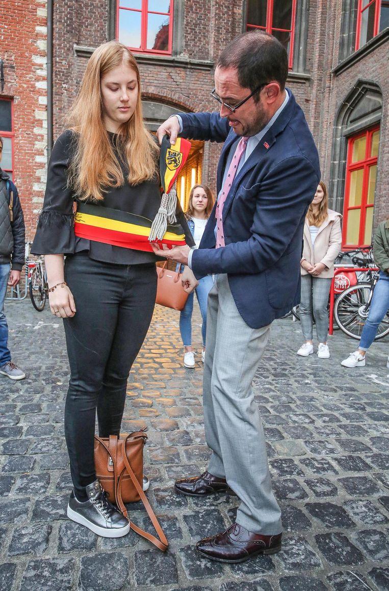 Ariana Iacopucci van het Rhizo Lyceum OLV Vlaanderen wordt burgemeester voor één dag.