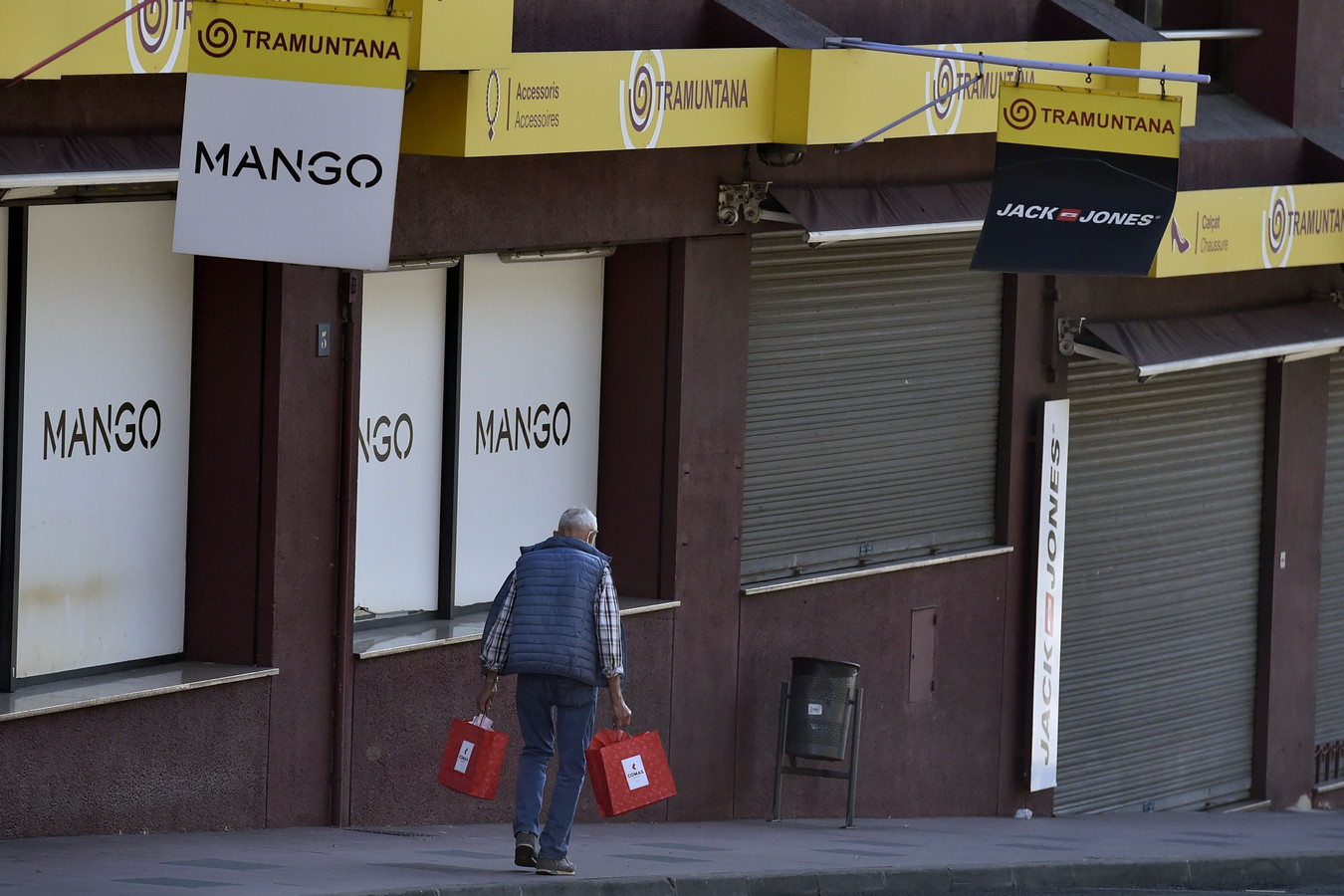 Een gesloten winkelstraat in het Franse Le Perthus, nabij de Spaanse grens. De niet-essentiële winkels zijn sinds 30 oktober verplicht gesloten.