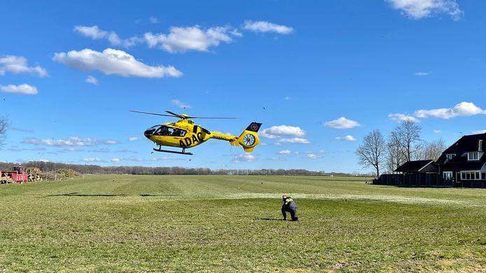 De traumahelikopter moest landen op een weiland in de buurt.
