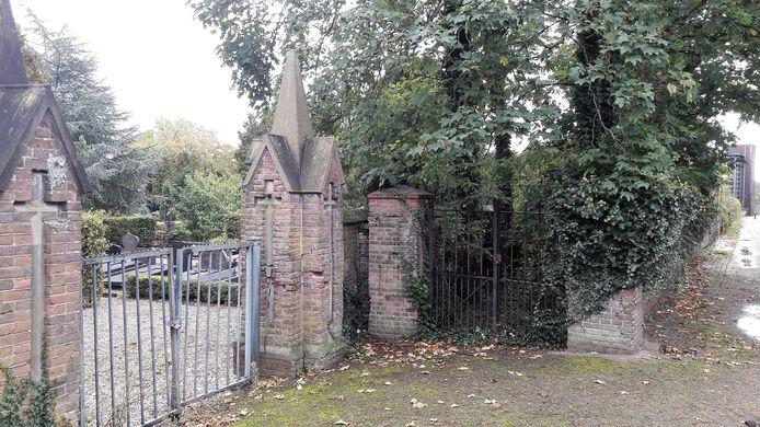 Links de ingang naar de katholieke begraafplaats in Druten, rechts het hek dat toegang geeft tot het stukje gemeentelijke begraafplaats voor drenkelingen, vreemdelingen en waarschijnlijk ook doodgeboren kinderen.