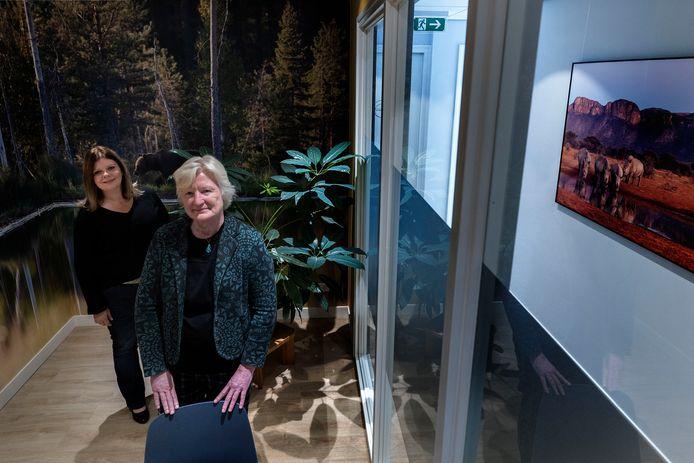 Huisarts Elly Vogelzang (r) start met anderen een nieuw gezondheidscentrum, Medisch Kwartier Eindhoven. Links van haar een van de doktersassistentes, Karin Menzink.