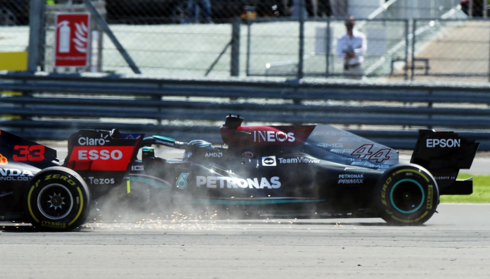 Het moment zondag waarop de auto van Lewis Hamilton het achterwiel van Max Verstappen raakte op het Silverstone circuit in Engeland.