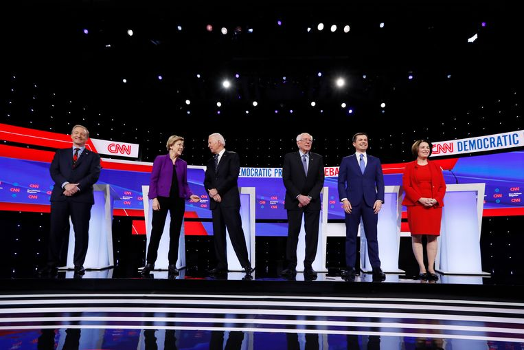 v.l.n.r: Tom Steyer (die al afgevallen is), Elizabeth Warren, Joe Biden, Bernie Sanders, Pete Buttigieg en Amy Kobluchar. Beeld AP