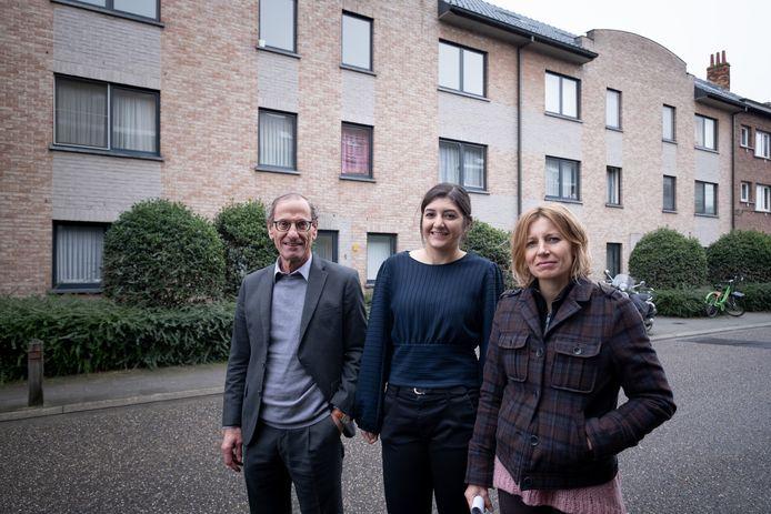 Xavier Mertens (Inclusio), Elisabet Okmen (voorzitter SVK Mechelen) en schepen Greet Geypen voor het gebouw in de Dellingenstraat