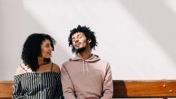 Ben je aan het daten en ook nog actief op Tinder? Volgens een relatie-expert is dit het moment om offline te gaan