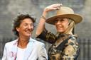 Kasja Ollongren (Binnenlandse Zaken en Koninkrijksrelaties) arriveert met partner Irene van den Brekel bij de Ridderzaal op Prinsjesdag.