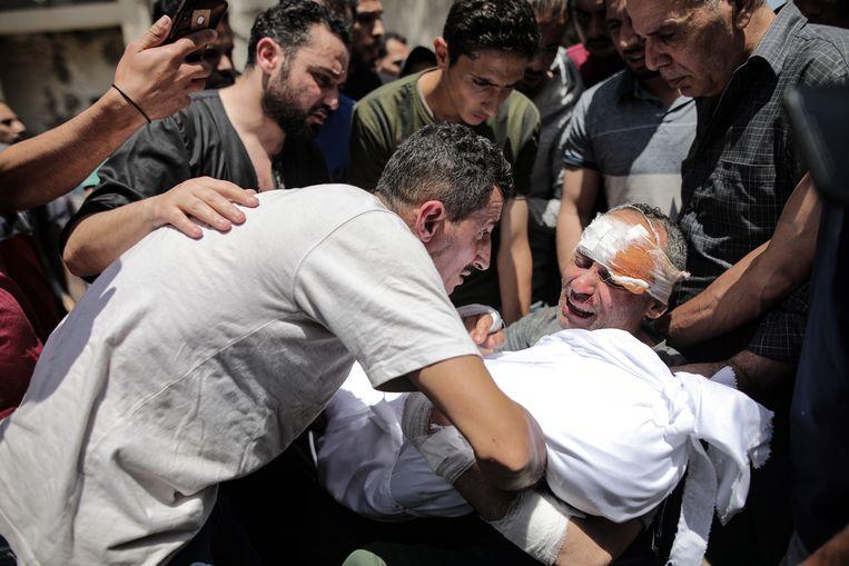 Gaza-stad, 16 mei. Raed Ishkontana, die nipt een aanval overleefde, verloor zijn vrouw en zijn vier kinderen. 'Had ik ze maar nooit achtergelaten.' Beeld NYT/HOSAM SALEM