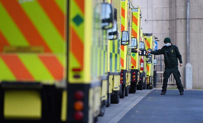 In Engeland staan de ambulances in de rij om een plek te vinden voor hun coronapatiënten.