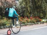 Deliveroo-koerier bezorgt eten op speciale fiets
