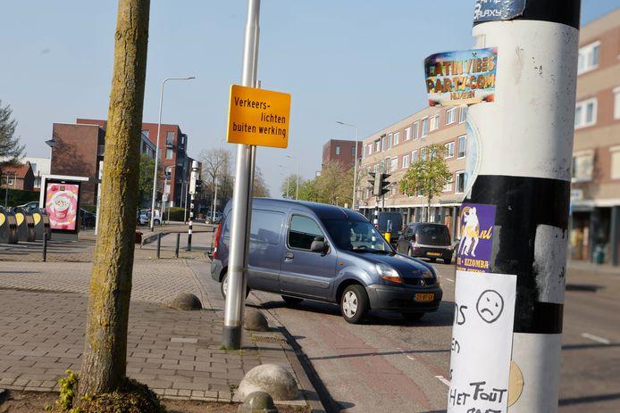 De Molenweg: je draait de weg op vanaf de parkeerplaats en staat meteen voor de verkeerslichten die nu niet werken.