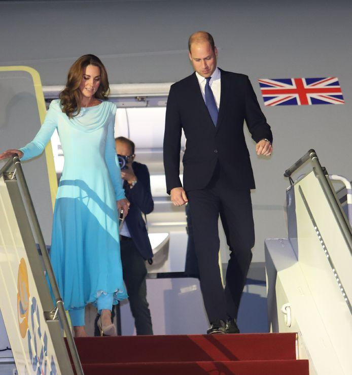 Le couple royal est arrivé au Pakistan hier dans la soirée. Kate a fait sensation en optant pour un salwar kameez, une tenue traditionnelle.