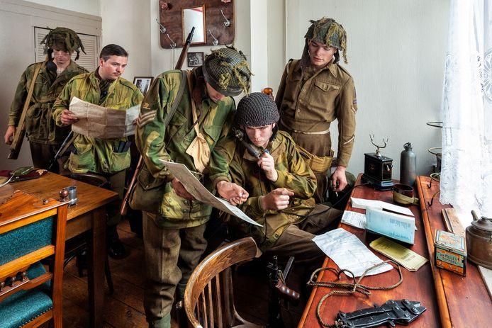 Boven het Oranje Koffiehuis is een commandopost uit de Tweede Wereldoorlog nagebouwd, met reenactors.