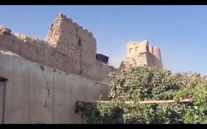 Des images vidéo de la forteresse publiées cette semaine montrent la pelle d'une excavatrice entre les deux tours.