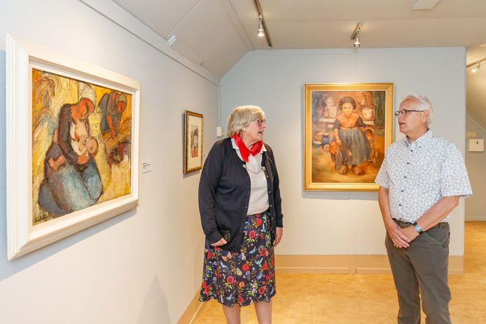 Voorzitter Jan Talen en Jenneke Bosch (lid expositiecommissie) bekijken de schilderijen, aquarellen en tekeningen.