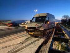 Spekglad op A1 tussen Apeldoorn en Deventer: drie voertuigen glijden van de weg af