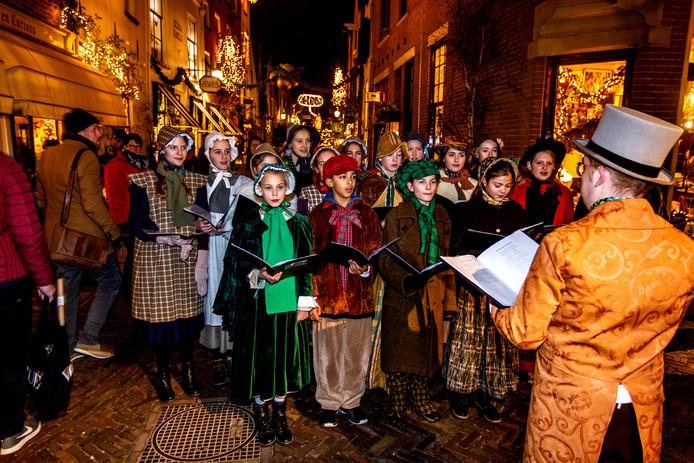 Proefdraaien voor Dickens in de Walstraat, donderdag tijdens de Lichtjesavond in het sfeervolle Bergkwartier.