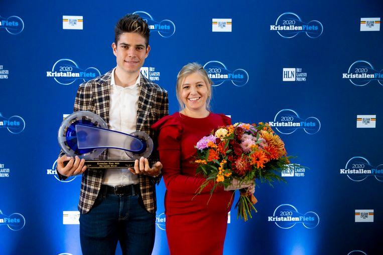 Wout van Aert en zijn vrouw Sarah De Bie nemen de Kristallen Fiets in ontvangst in Antwerpen. Beeld Jan De Meuleneir / Photo News