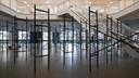 Installatie van omvallende boekenkasten van Art van Triest.