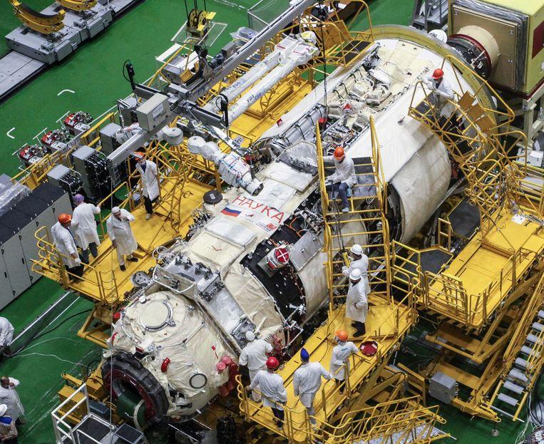 De robotarm wordt omhoog gebracht om te bevestigen aan de Russische uitbouw, de module Nauka (Wetenschap). Beeld AFP