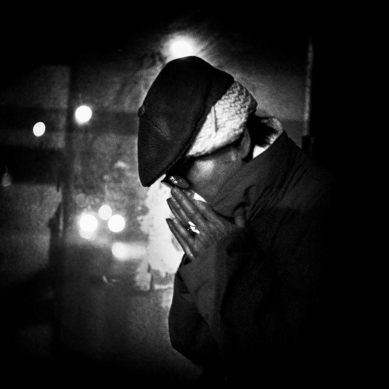 Frankrijk, Parijs, 08 december 2015, dakloze man schuilt onder een afdakje voor de regen en de kou Beeld null