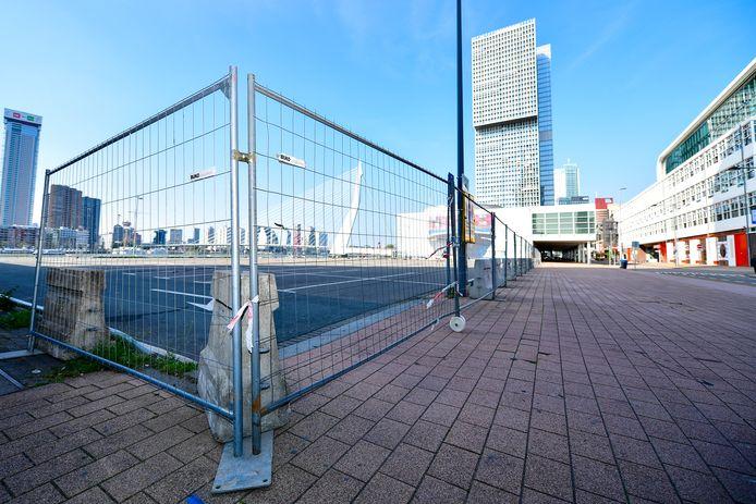 Op dit parkeerterrein op de Wilhelminapier werden woensdagnacht nog donuts gedraaid, maar sinds er gisteren hekken werden geplaatst kunnen er geen auto's meer op.