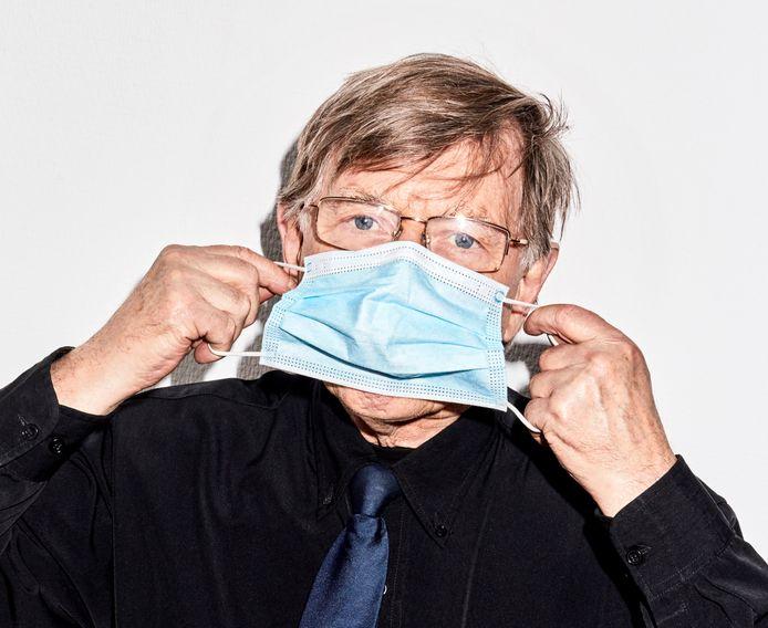 Viroloog Ab Osterhaus vindt het verstandig dat België de mondkapjes in tegenstelling tot Nederland nog verplicht in winkels.