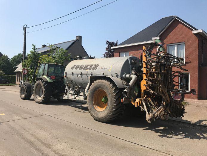 Een tractor met drijfmest