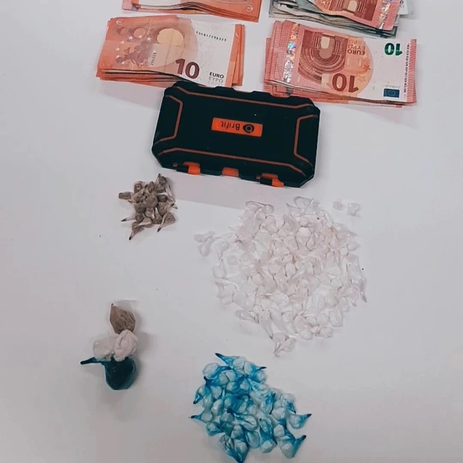 In de rugzak werden een weegschaal, contant geld en harddrugs gevonden.