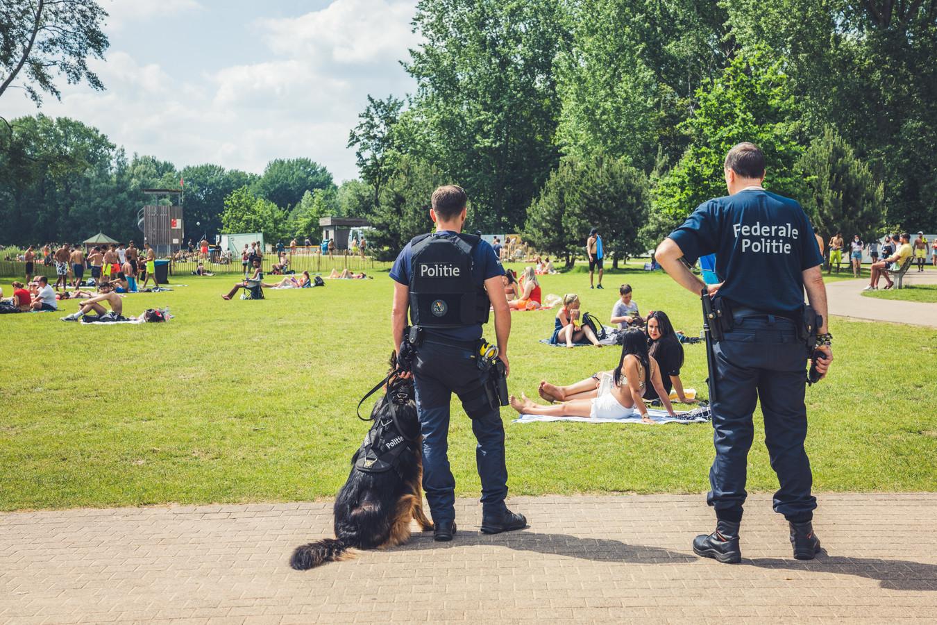 """""""Zonnen en genieten onder het oog van de politie. Héél gezellig"""", sneerde Peeters"""