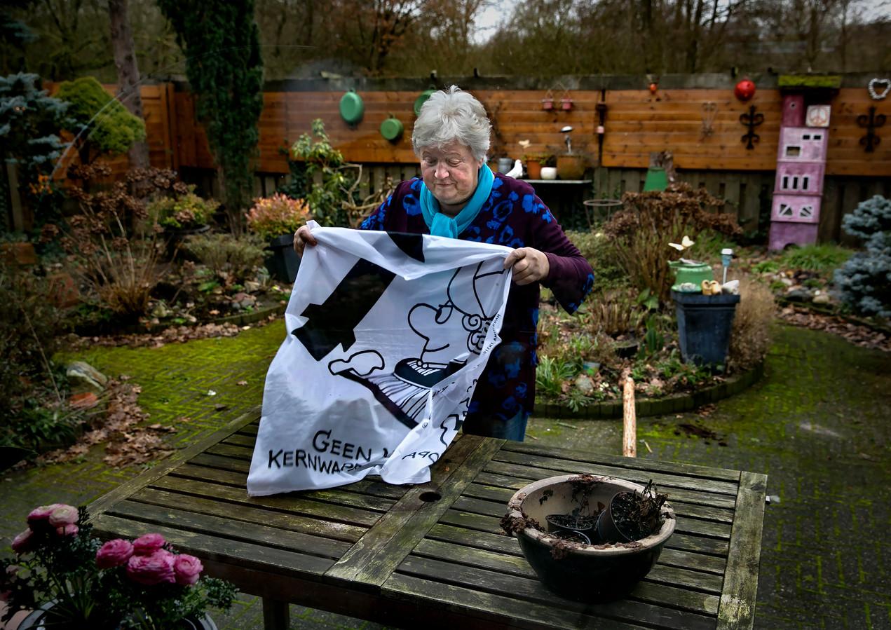 Mariette Moors met protetstdoek in haar tuin in Geldrop.