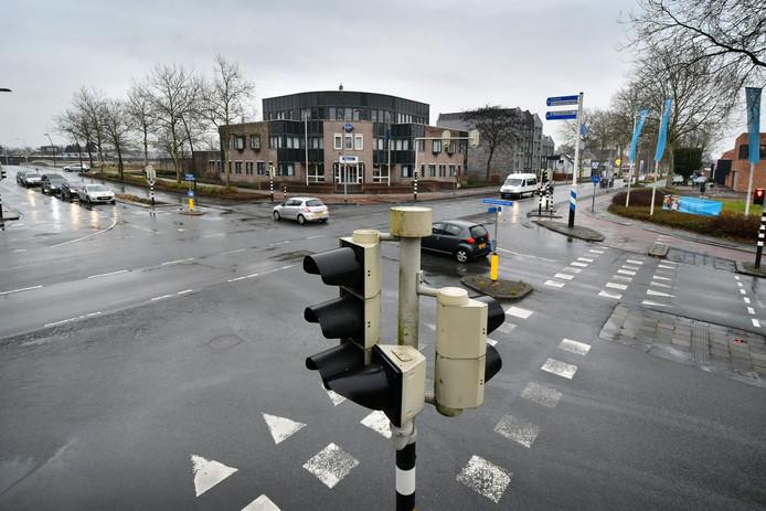 De gemeente Hellendoorn trekt 976.000 euro uit om de verkeersveiligheid op twee kruisingen in het centrum van Nijverdal te verbeteren, waaronder de kruising bij het politiebureau (Grotestraat-G. van der Muelenweg- Constantijnstraat).