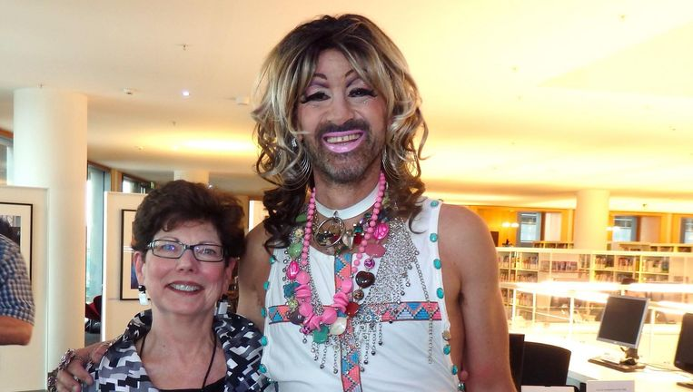 Fotograaf Shirley Agudo en haar inspiratiebron Jennifer Hopelezz. Volgende week in de Queen's Head is het vast gezelliger. Beeld Hans van der Beek