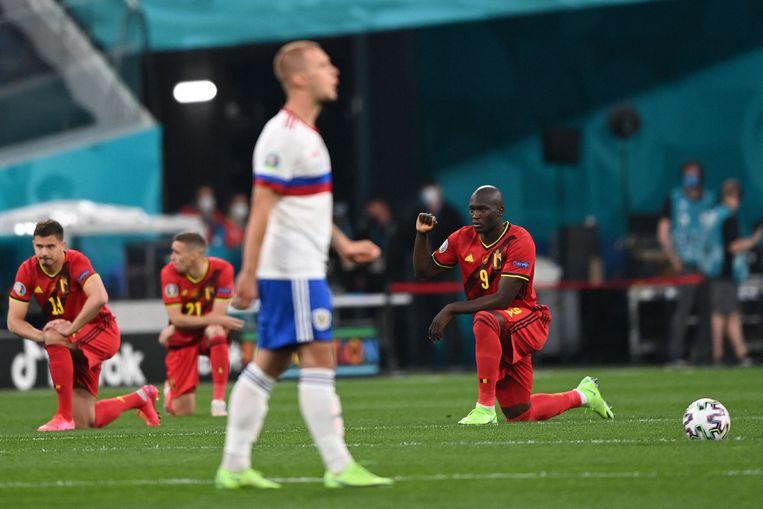 De Rode Duivels knielen voor de wedstrijd tegen Rusland zaterdag. De Russen bleven staan. Beeld AFP